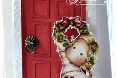 Decorate the wreath on the door